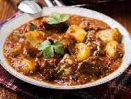 Задушено телешко месо (яхния) с картофи, гъби печурки и доматено пюре